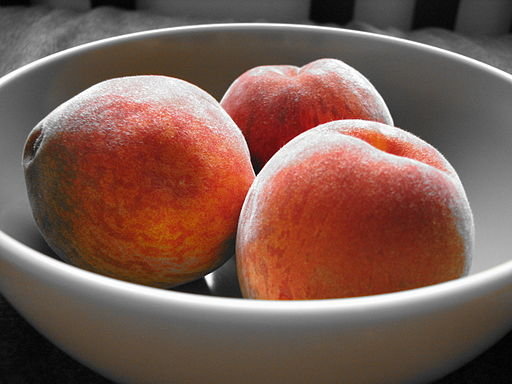 512px-Bowl_of_peaches_with_orange_accent