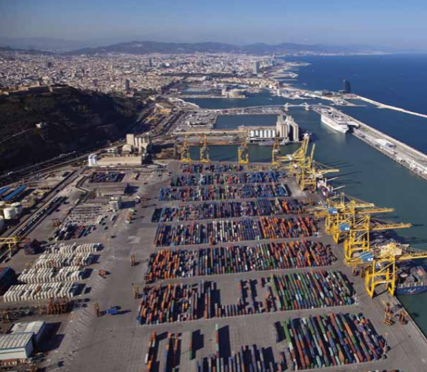 Due to its excellent service, several international shipping companies have made a firm commitment to the Catalan port, designating it as the last stopover to load their ships, especially those destined for long-distance fruit export.